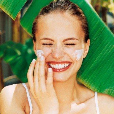 woman-putting-sunscreen-face