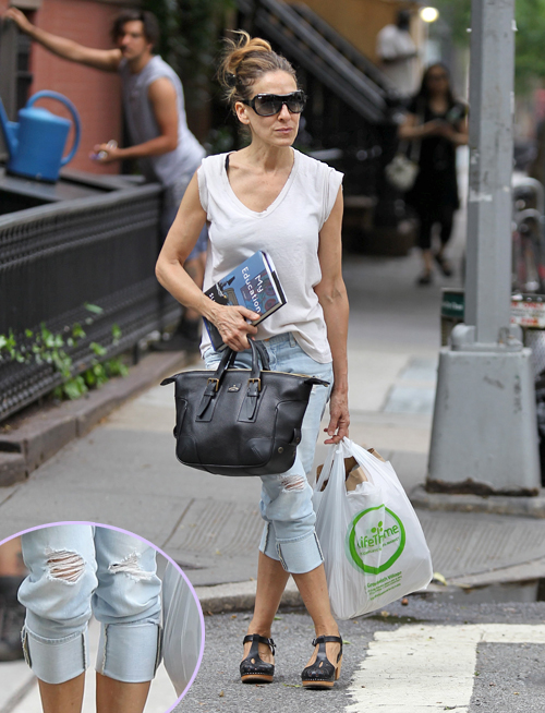Sarah Jessica Parker shows off her buff arms while carrying groceries