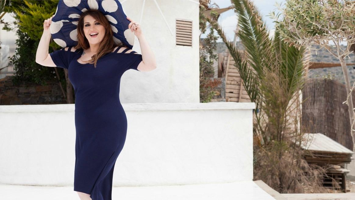 ad8865ac6cbf Κατερίνα Ζαρίφη: Σχεδιάζει και φοράει ρούχα σε μεγάλα μεγέθη - Fay's ...