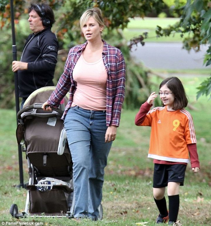 http://www.queen.gr/media/com_news/galleries/2016/09/27/20169/photos/full/38D20E8300000578-3808734-Playing_mom_Charlize_also_filmed_scenes_with_a_child_actor-m-41_1474927127832.jpg