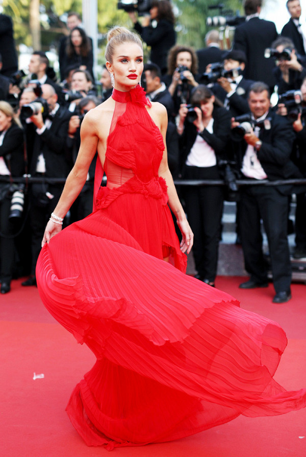 2016s-most-incredible-red-carpet-dresses-2007227-1481125537.600x0c