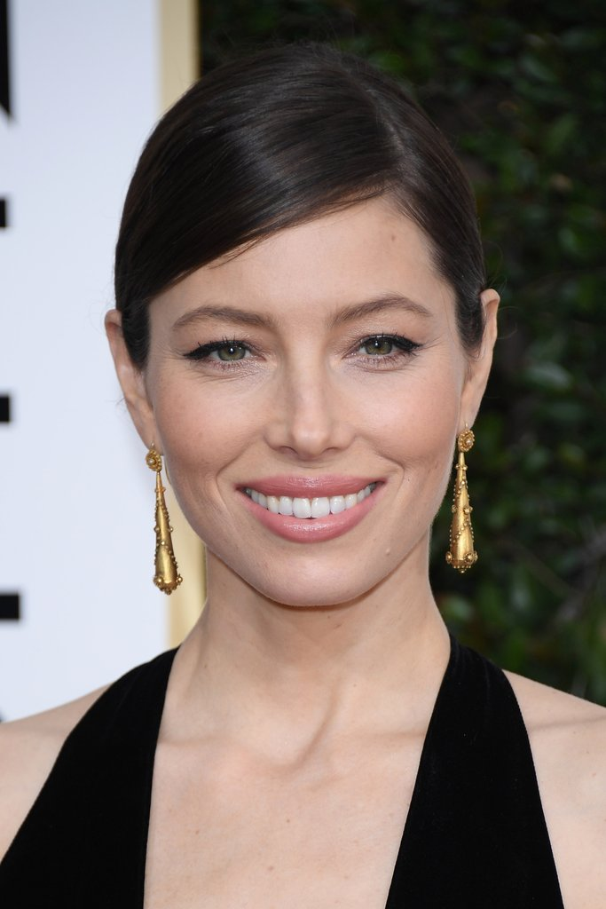 jessica-biel-gold-dangling-neil-lane-earrings-were-ornate