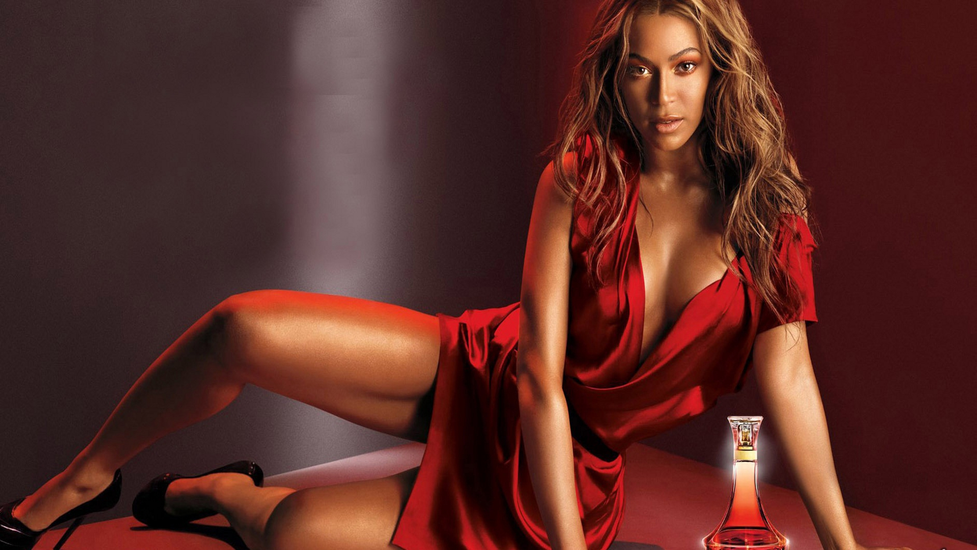 Werbeaufnahme von BEYONC… f¸r ihr neues Parfum 'Heat'. - BEYONCE LAUNCHES HER NEW FRAGRANCE 'HEAT' 2010 PROMO 74018 EDITORIAL USE ONLY BEYONCE SCENTS THE MONEY! After the debut of her new perfume HEAT a month ago, the sales of the fragrance have topped $3 million. 72,000 bottles were sold in just over an hour when Beyonce made an appearance in New York City to promote her first fragrance. Beyonce has previously told how pleased she is with Heat - a mix of Magnolia, neroli and blush peach scents. ' I'm so happy with it . I've never received so many compliments from my fans, ' said the superstar singer. Beyonce was involved in all areas of the fragrance's design and the name came from her shows. ' A lot of my performances have had fire involved. Also, red is one of my favourite colours.So Heat seemed the perfect name. ' The singer, who has previously been the face of both Giorgio Armani's Emporio Diamonds and Tommy Hilfiger's True Star, also said the bottles design was vintage inspired. ends