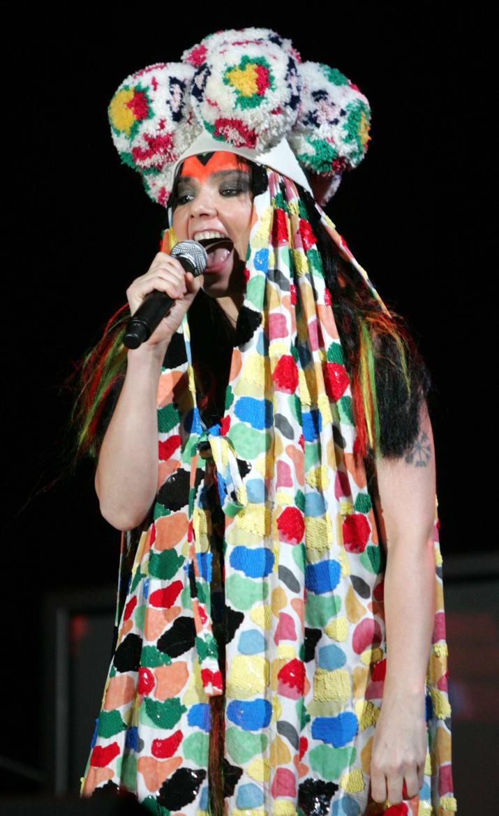 Η Björk σε μια από τις κλασικά εκκεντρικές εμφανίσεις της.
