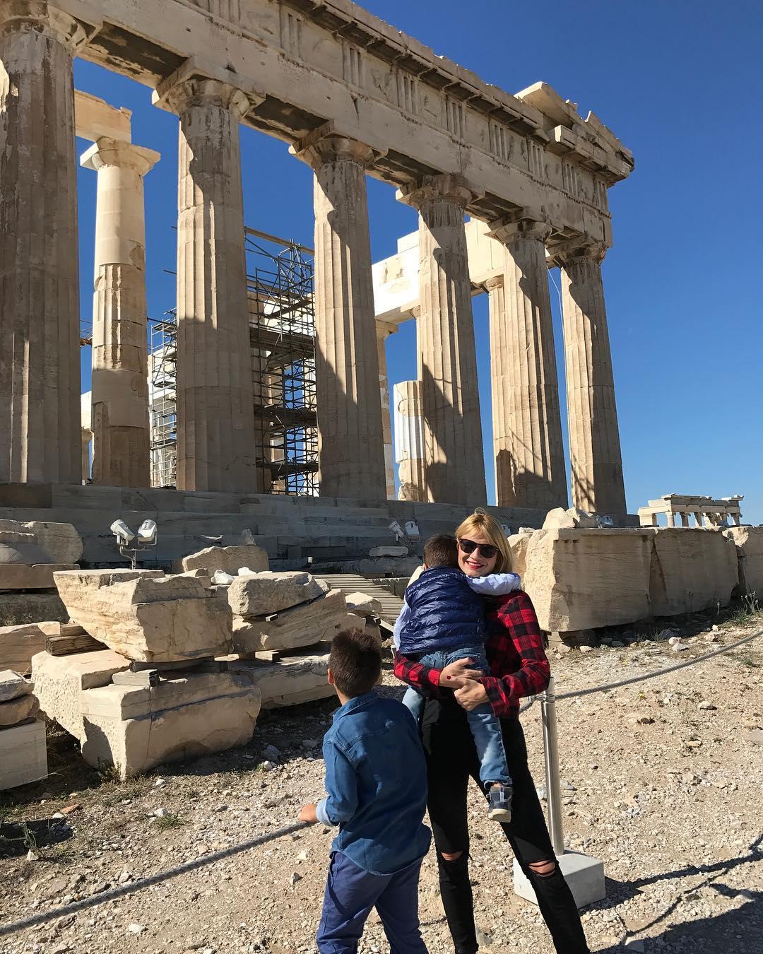 Φαίη: Δες την υπέροχη φωτογραφία που δημοσίευσε με τους γιους της στην Ακρόπολη