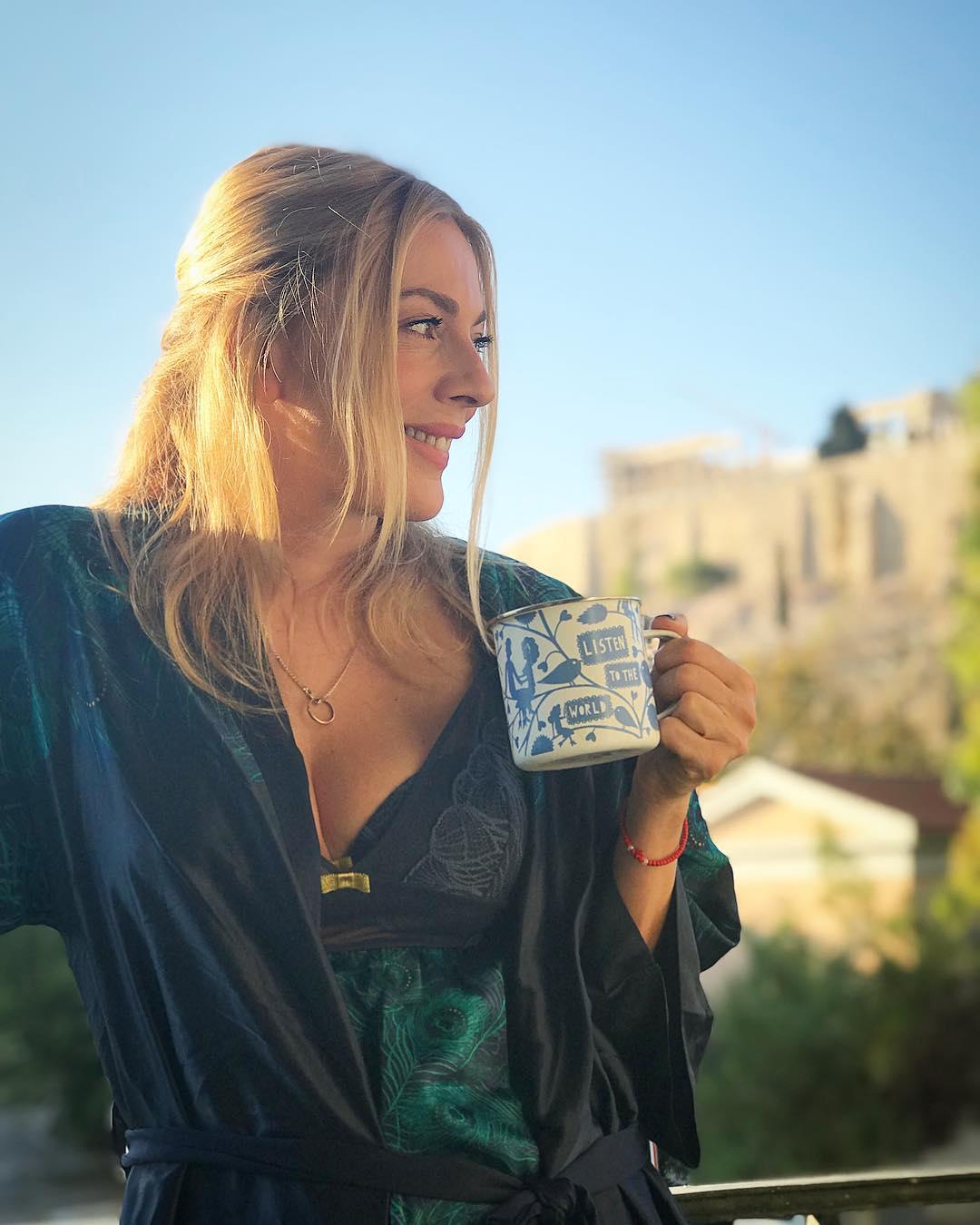 Σμαράγδα Καρύδη: «Ρίχνει» το instagram με τη φωτογραφία της με σέξι νυχτικό…