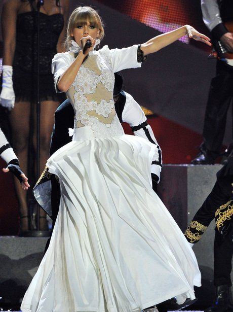taylor-swift-brit-awards-2013-performance-2-1361397832-view-2