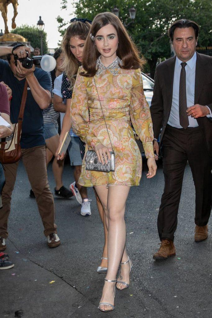 ef064e9d8516 H Lily Collins υιοθέτησε φανταστικά το 60 s look που είναι μεγάλη τάση  φέτος!