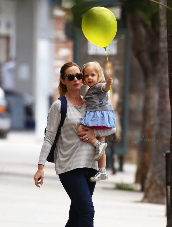 Pregnant-Emily-Blunt-Takes-Her-Daughter-Hazel-To-Get-A-Haircut-568x750
