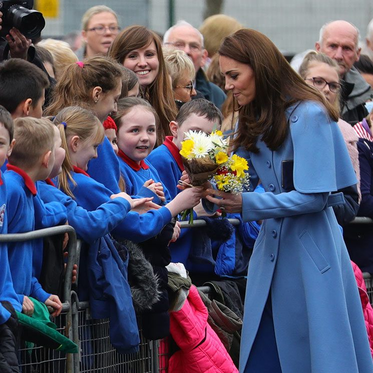 kate-middleton-receiving-flowers-m