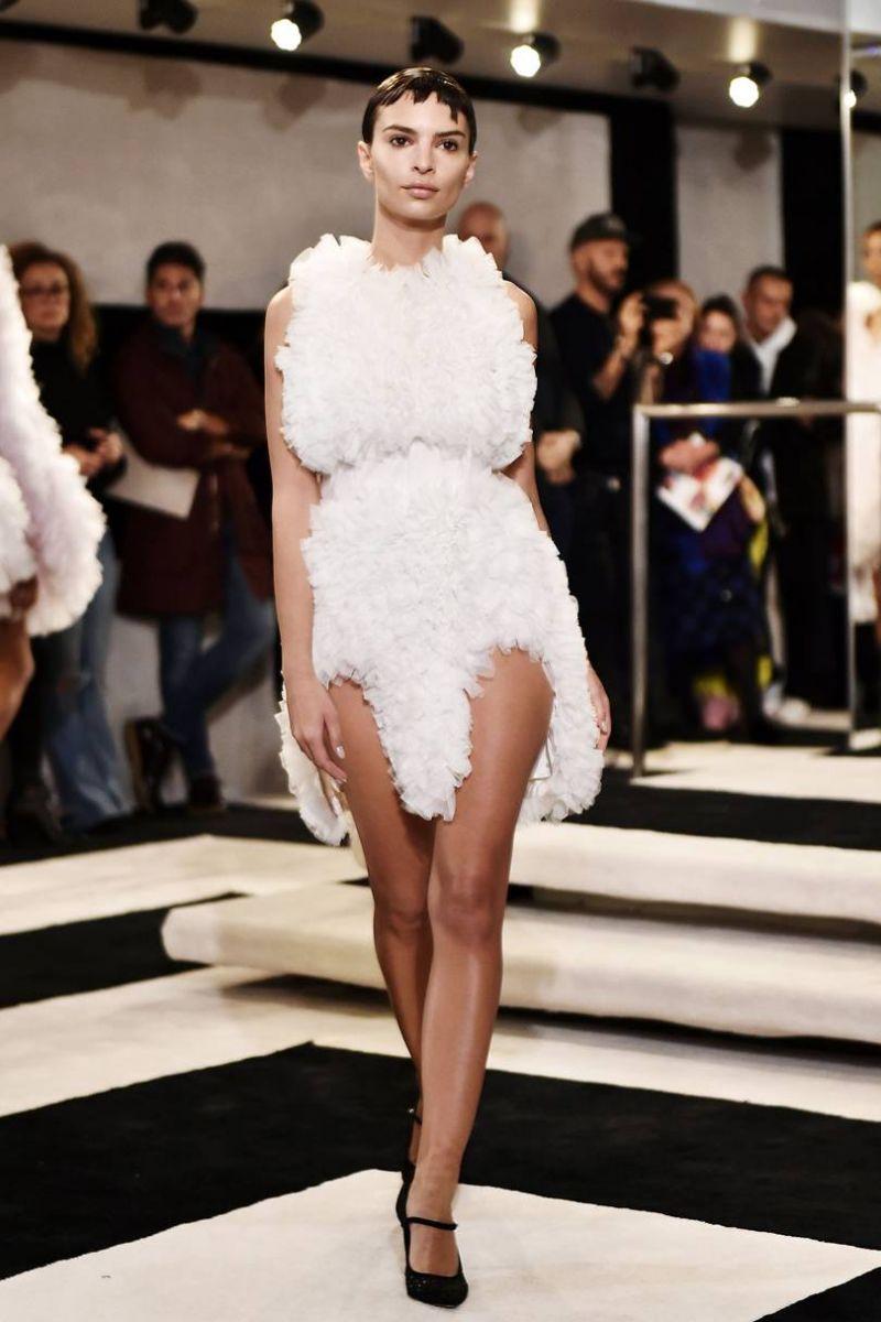 2943fbe1b2a #Layered dress. Η αγγλική Vogue προτείνει να εξετάσεις και το ενδεχόμενο  ενός νυφικού με layers. Αυτή την τάση την είδαμε στα shows των Jacquemus,  ...