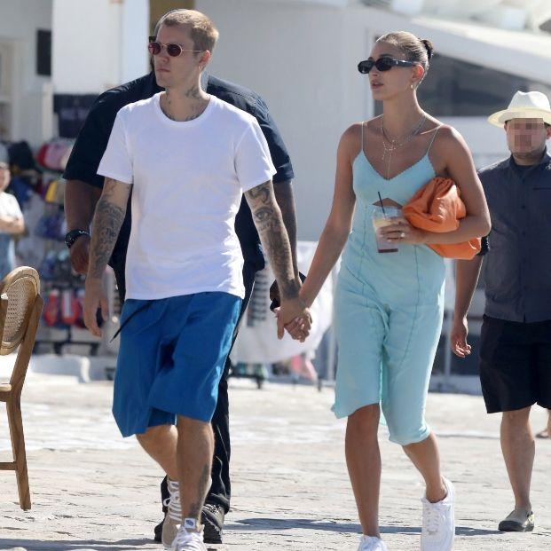 Βρήκαμε το φόρεμα και την τσάντα της Hailey Bieber- Ποιας σχεδιάστριας είναι;