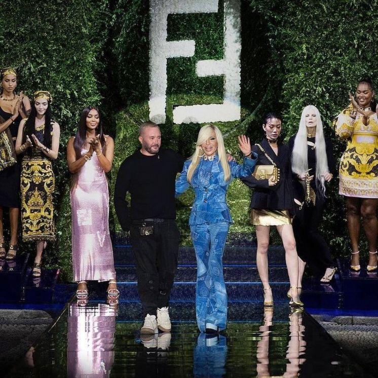 Fendace: Oι οίκοι μόδας Fendi και Versace παρουσίασαν μια κοινή κολεξιόν και «έριξαν» το ίντερνετ