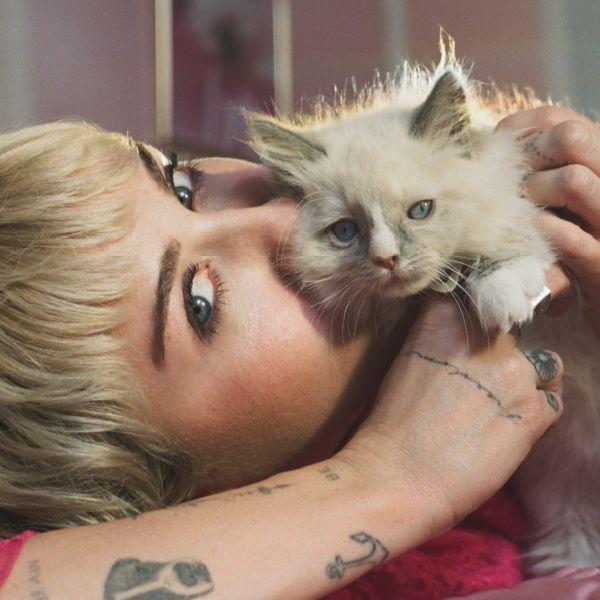 Η Miley Cyrus όπως δεν την έχεις ξαναδεί, στην καμπάνια για το νέο άρωμα του οίκου Gucci!