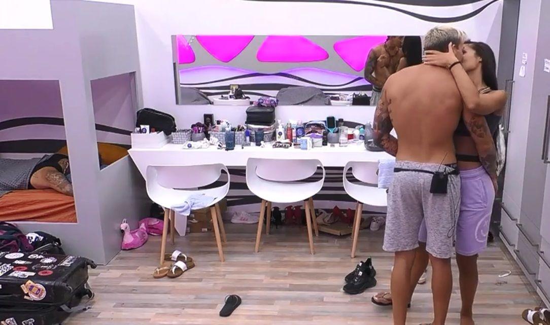 Big Brother: Τα παθιασμένα φιλιά Παναγιώτη Πέτσα – Ανχελίτας και η ενόχληση του Στηβ Μιλάτου