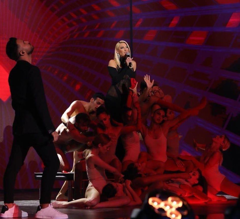 J2US: Η σέξι εμφάνιση της Ιωάννας Τούνη on stage και η αναφορά στους Παξούς