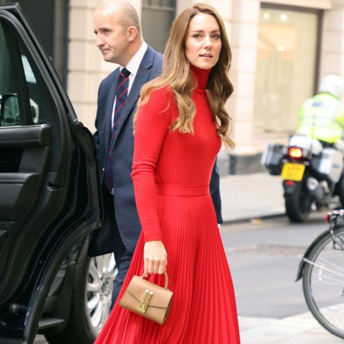 Η Kate Middleton μας δείχνει πώς να φορέσουμε το κόκκινο χρώμα μέσα στο Φθινόπωρο