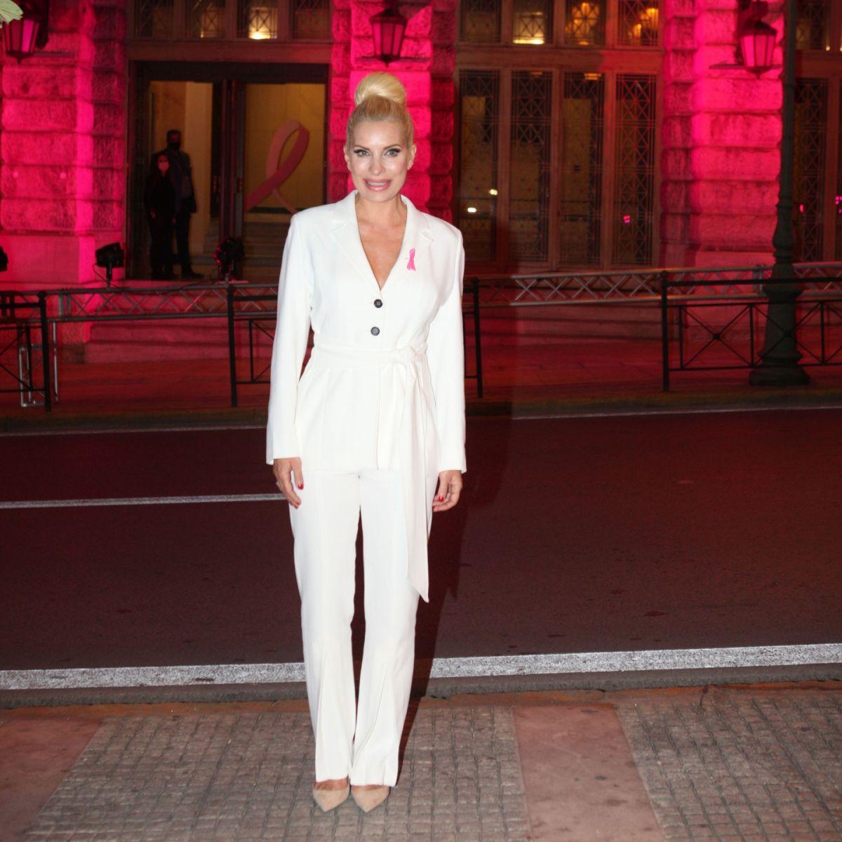 Η Ελένη Μενεγάκη μας δείχνει πώς να φορέσουμε το λευκό κοστούμι αυτή τη σεζόν