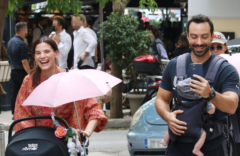 Χριστίνα Μπόμπα – Σάκης Τανιμανίδης: Οικογενειακή βόλτα με τα δίδυμα στο κέντρο της Αθήνας